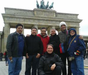 Gruppe und Dolmetscher vor dem Brandenburger Tor.